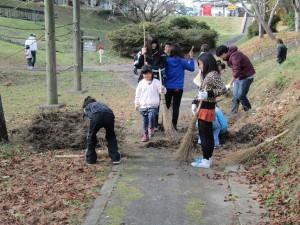 公園までの道のりを清掃