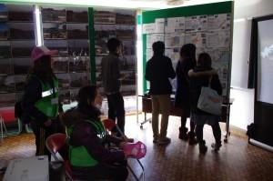 館内には被災写真やボランティア活動写真、復興計画などを掲示した。
