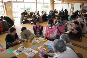 復興千羽鶴折りコーナー。老人センター以外にも会場各所で行ないました。