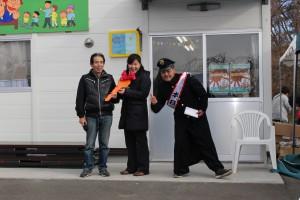 鍵の授与式(写真左が商店街会長の星さん、中央がRSY常務理事浦野、右が夢麺店主の岩本さん)