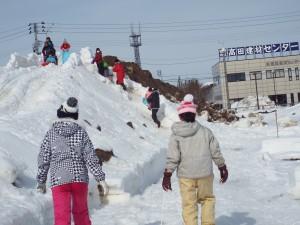 巨大な雪のすべり台で遊ぶ