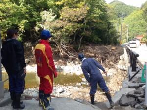 河川の氾濫により、道が崩れさっていた。