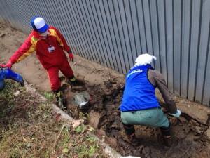 水を吸って膨れ上がった土は泥となり、排水溝を塞いでいた