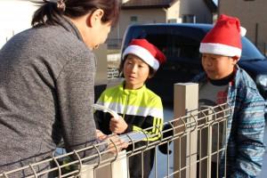 子どもサンタが一軒一軒お宅へ訪問します。