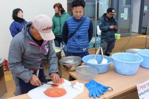 ボッケの卵も鍋に入れます。協力者で同じ漁師の渡辺さんが腕を振るう!