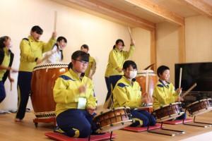 中学生からは太鼓の演奏と手づくりのアップルパイもプレゼント