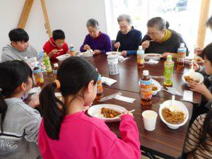 笹山での食事交流会の様子
